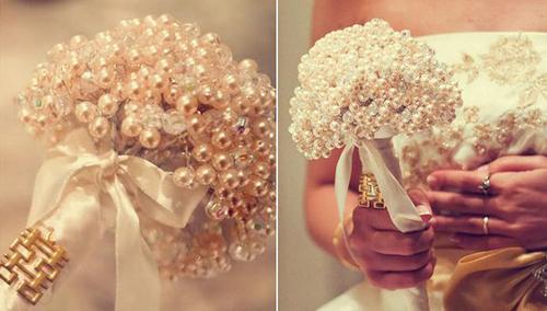 Hoa cưới cho cô dâu từ cách kết cườm và đính hạt cườm, ngọc trai cùng ruy băng trắng cực kỳ nổi bật, mang phong cách vitage và handmade sang trọng, quý phái.