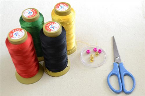 Các cuộn chỉ sắc màu – dây làm vòng tay đơn giản, dễ kiếm. Vòng tay vintage ngoài làm đẹp còn là chiếc bùa tự tin, phòng tà cho chúng mình nếu chọn màu hợp mệnh