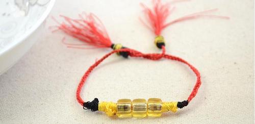 Ứng dụng khác của dây làm vòng tay từ chỉ- dùng nhiều búi chỉ khác màu nhau cùng lúc, kết hợp với dây xích cỡ to