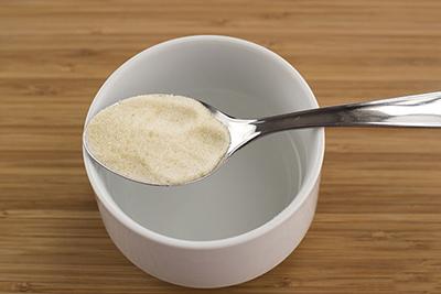 Cho bột gelatin vào nước