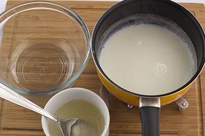 Trộn gelatin sau khi ngấm nước với sữa tươi