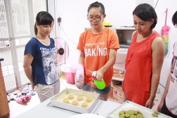 Abby cũng trinh phục được các chị, các mẹ kĩ tính đến tham gia lớp học làm bánh giá rẻ