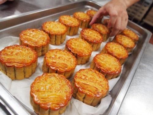 Bánh nướng sau 3 lần sẽ có màu nước đường và mùi thơm