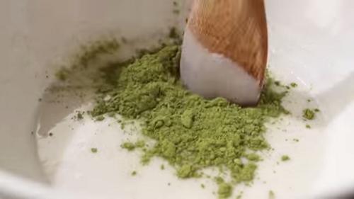 Thêm bột trà xanh để hoàn thành cách làm bánh mochi nhân kem phần vỏ