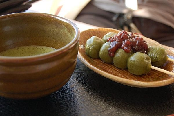 Sự kết hợp tuyệt vời giữa dango và trà xanh