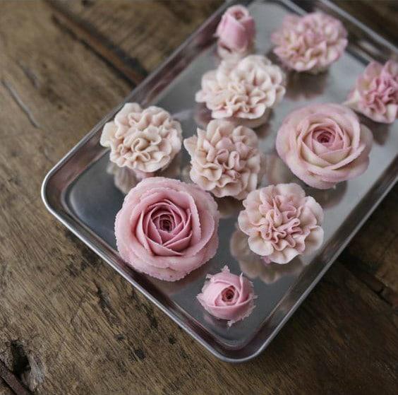 Hoa được tạo hình từ kem bơ Anchor