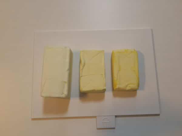 So sánh bơ seoul (màu trắng ngoài cùng bên trái) và bơ thường (màu vàng)