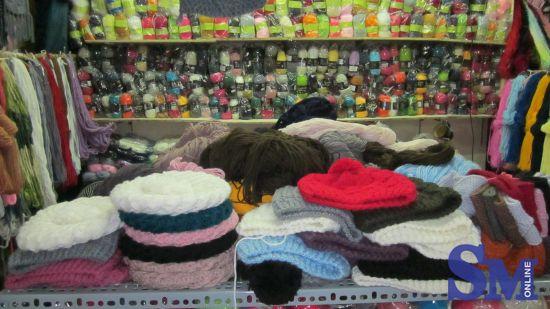 Một cửa hàng len tại chợ Ngã Tư Sở