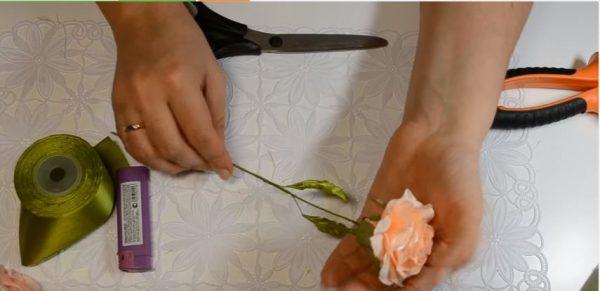 Bông hoa hồng từ ruy băng đã hoàn thành!