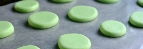 Trộn các nguyên liệu lại với nhau rồi tạo hình kẹo.