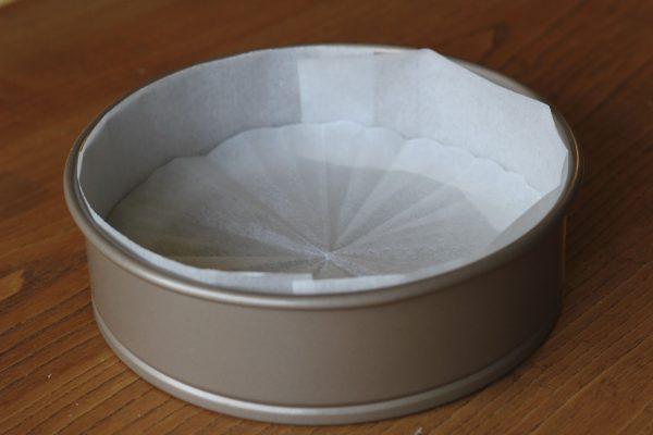 Lót 2 lớp giấy nến để giữ độ ẩm cho bánh